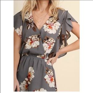 Umgee L gray white floral romper EUC